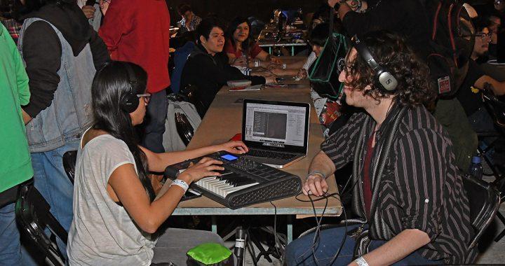 Programadores, diseñadores, ingenieros y escritores en trabajo colaborativo