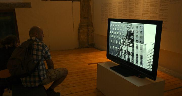 Exposición de Simon Gush ahonda en las tensiones de la obligación laboral
